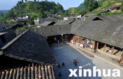 官坝苗寨的孩子们在四合院天井的空地上玩耍。(8月9日摄)宋文 摄