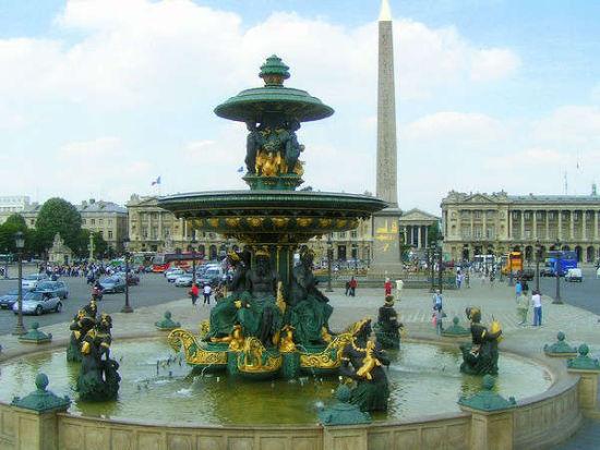 浪漫地之二:香榭丽舍大街 Avenue des Champs-lyses   魅力指数: 高级商业区,雍容华贵也是全球世界名牌最密集的地方,全长1800米。东起协和广场,西至戴高乐广场(凯旋门),是巴黎大街中心的女王。   交通指南:乘地铁(蓝色M)1线(黄色)、13线(蓝色)至Champs-ElysesClemenceau站   网友点评:   在雷诺展厅对面买了些明信片,在老板的指引下在旁边的小巷里寄到中国,1 张是 0.
