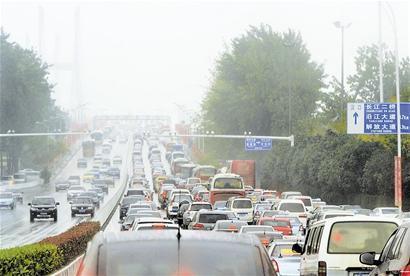 武汉大道等城市快速路开通后,江城交通拥堵状况有所缓解,但城市整体交通拥堵仍不容乐观。
