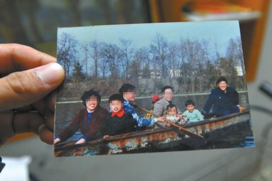 两家人十几年前一起在逍遥津划船时的合影。(左一、左二分别为王继伦妻子和儿子;右侧抱小孩女子为小林母亲,其怀中小女孩就是遇害人小林)