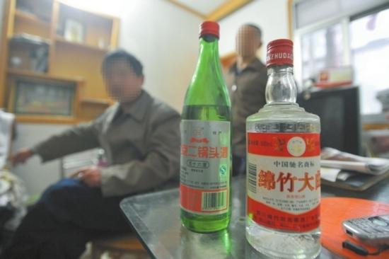 这些低档酒都是小林用为数不多的零花钱给父亲买的。