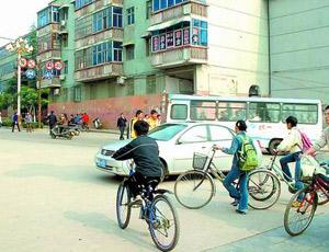 骑自行车的同学过马路