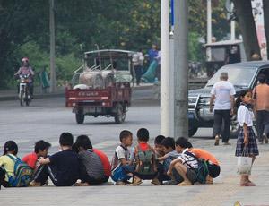 成群的学生在马路边聚集