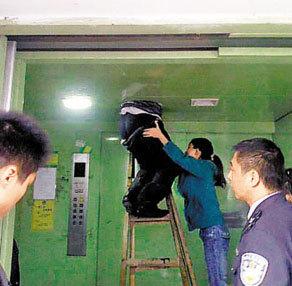行窃男子卡在电梯通风扇排气口,进退两难。