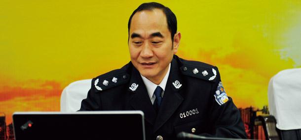 长沙市公安局党委书记、局长李介德点击鼠标启动评选活动专题网站和投票页面