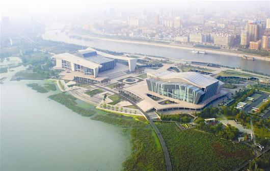 国际博览中心:   项目总投资约为500亿元的武汉国际博览中心位于汉阳区,是中部最大、全国第三的展览场馆,展览面积相当于17个足球场大,可提供6880个国际标准展位。整个项目包括展馆、会议中心、洲际酒店、海洋乐园、假日酒店、景观水系和绿色生态居住区等,具备举办展览、体育、表演、集会等大型活动的多功能用途。 图为:本报航拍组遥控航拍飞机