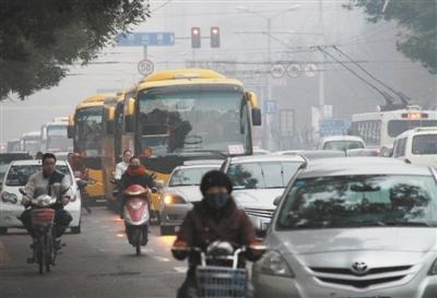2011年11月17日7时20分,山东济南,山东师范大学附属小学的校车与小客车混行。陈宁 摄