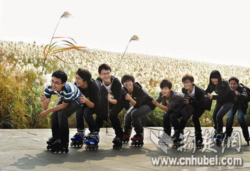 图为:武汉科技大学的同学在江滩玩轮滑
