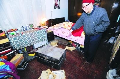 邵声朗教授床下的木箱被撬,家里一片狼藉。 记者陈亮 摄