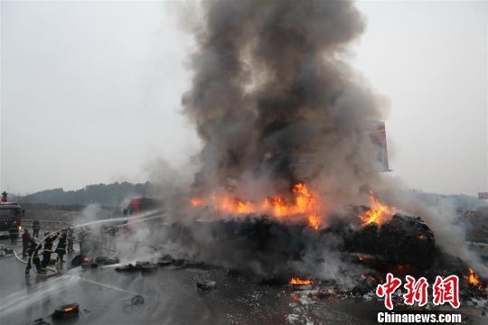 荆宜高速(湖北荆门至宜昌)一辆安徽籍半挂大货车在行至宜昌市境内时突发大火,车上所载30余吨货品损失大半,直接损失一百多万元。