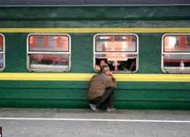 男子送别亲人踏上回家的列车