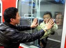 """父亲""""击掌""""与孩子告别"""