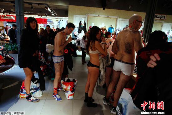 西班牙商家促销出怪招 半裸购物可免费得新衣