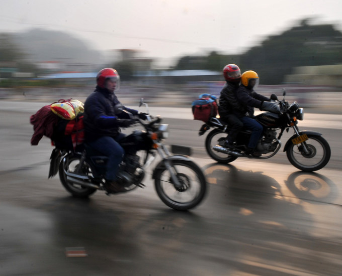外出务工者驾驶摩托车返乡