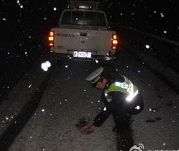 寒风飞雪中用双手为回家的人探路