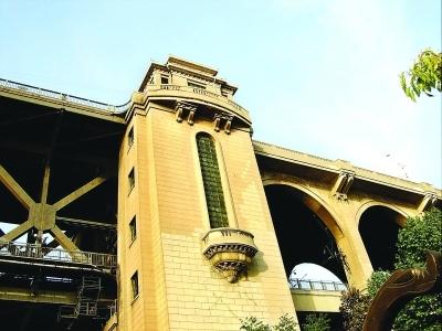 汉阳江滩入口处的桥头堡