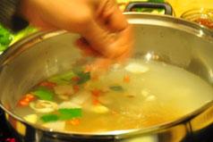 大厨耐心教做汤