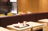 桌上餐盘无人清理