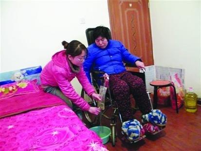 图为:李桃正在照顾妈妈。