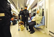 南京地铁乞丐出新招 拄拐骗人强索小费