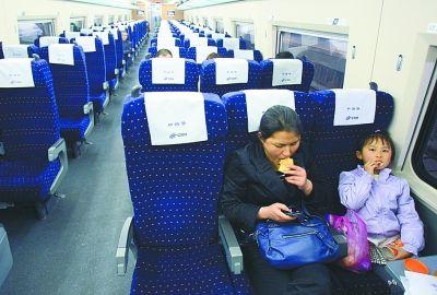 图为昨日上午7时17分,乘客坐在即将出发的第一列由武汉开往深圳的动车组列车上。记者 金思柳 摄