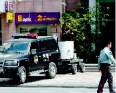 停在银行门口的防爆车