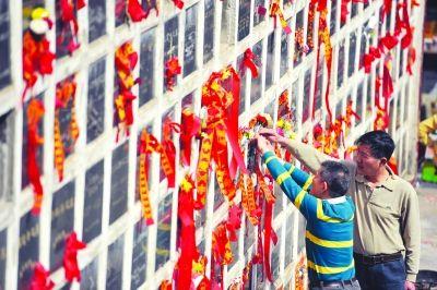 昨天,石门峰陵园内,前来扫墓的市民正在为逝者献花。记者肖僖 摄
