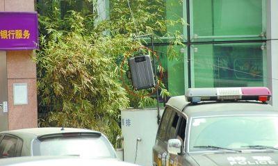 图为可疑行李箱被警方吊进排爆桶。记者 查锴 摄