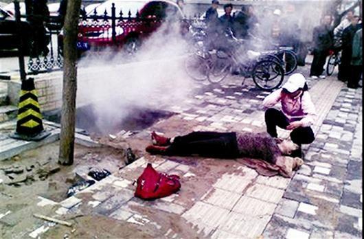 图为:杨女士被救上来时已经失去知觉,躺在地上。伤者单位供图