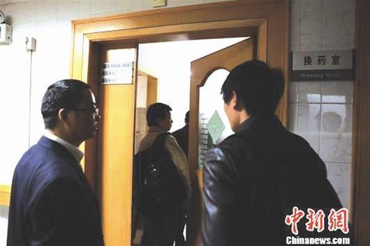 图为:上海市教委、上海交大官员进入2名受伤学生的病房