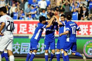 吉翔打入首球 与队友庆祝进球