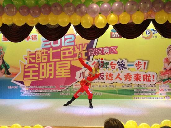 艺术团小童星正在进行京剧表演