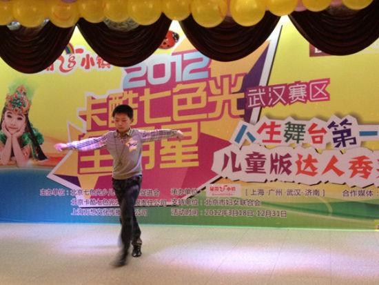 高晓龙在台上自信地表演拉丁舞
