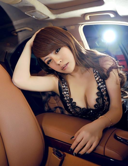 丰盈美女坐拥奔驰S350