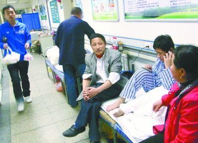 江城大医院住院难 病人睡走廊排队等病床 组图