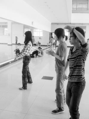 在学习空余,团员们都会到形体室练习