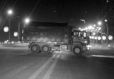 面包车钻进渣土车车肚 致五人受伤