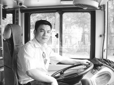 729路司机金保刚口报站名。 记者陶常宁 摄