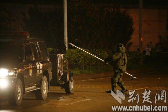 民警处置疑似爆炸物