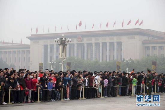 今年五一小长假期间,作为北京最著名的文物古迹和旅游景点,故宫3天接待超过30万游客,再创历史新高。5月1日,北京市旅游发展委员会在今年小长假期间,对故宫、颐和园、八达岭、香山公园和植物园地区、八大处公园、世界公园6个景区人流量进行试点检测,并试点发布相关景区拥挤指数,为游客出行提供参考。