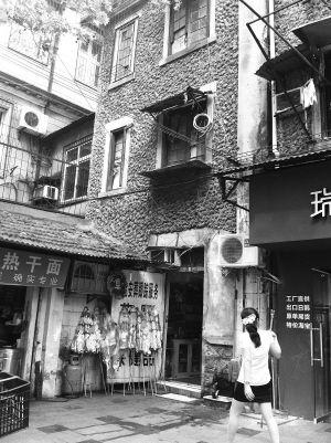 胜利街205号抓毛墙的老房子一楼开了间花圈店