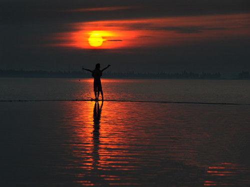 6月23日凌晨5点30分,水中观日出
