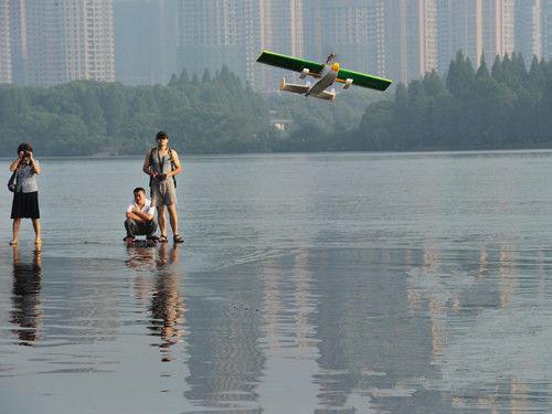 市民自制止的水上飞机起飞