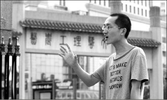 昨日,潘小勇在武大校门口大声地演讲。本报记者 孙辰 摄