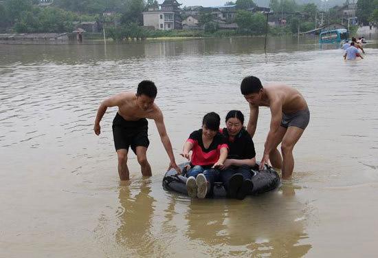 20名外地游客凤凰突遇洪水险情