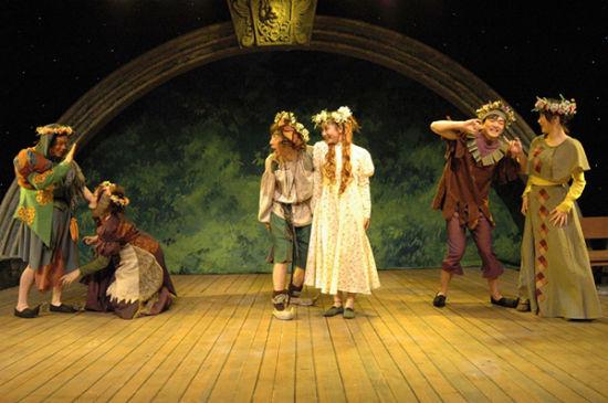 演出地点:琴台大剧院   演出时间:5月26日、27日19时30分   演出简介:由武汉人民艺术剧院演出,是一出轻松活泼、风趣幽默的儿童喜剧,充满德国民间风情。故事发生在欧洲中世纪的一个美丽村庄,大财主夫妻既贪婪又凶残,经常对小女仆玛鲁琦奈拳打脚踢。快乐、机智的小工匠汉斯,揭穿阴谋,帮助女仆讨回工钱。   欢乐儿童节著名钢琴家石叔诚家庭音乐会   演出地点:琴台音乐厅   演出时间:6月1日19时30分   演出简介:这是一场别开生面的家庭音乐会。石叔诚是著名钢琴协奏曲《黄河》的创作成员之一,在中国爱