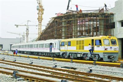 轨道车将地铁列车牵引出车库