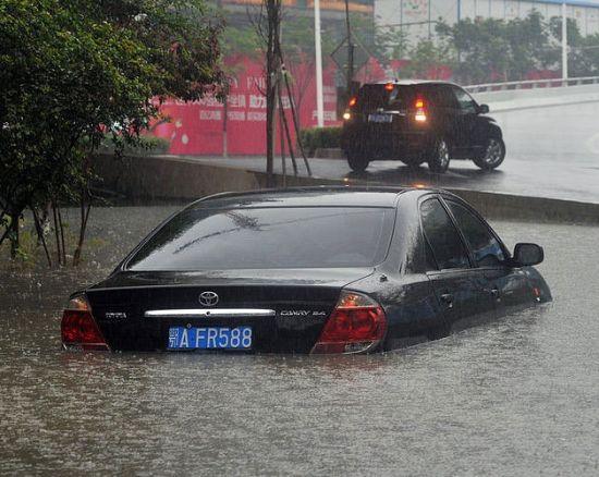 车身一半已经没入水中