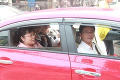 东风本田思域车友负责接送的考生。