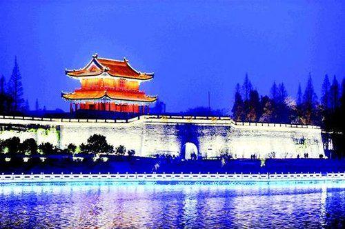 图为:荆州古城宾阳楼夜景。